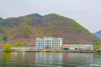 办公楼与山峰江岸