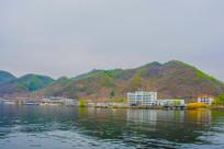 上河口码头一排建筑群与山峰
