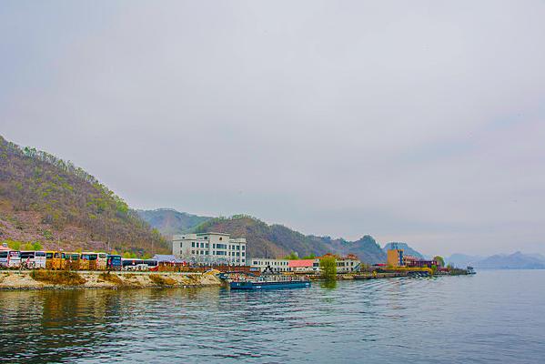 上河口河岸建筑群和连绵群山峰