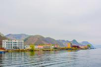 上河口河岸建筑群与连绵群山