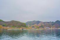 上河口河岸建筑群与山峰山谷