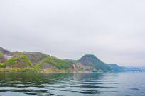 上河口河岸连绵山峰与铁路桥