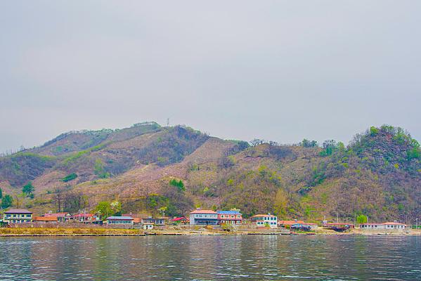 上河口河岸小楼建筑群与群山峰