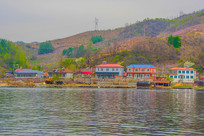 上河口河岸小楼建筑群与山峰