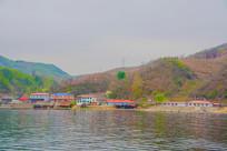上河口河岸小楼建筑群与山谷