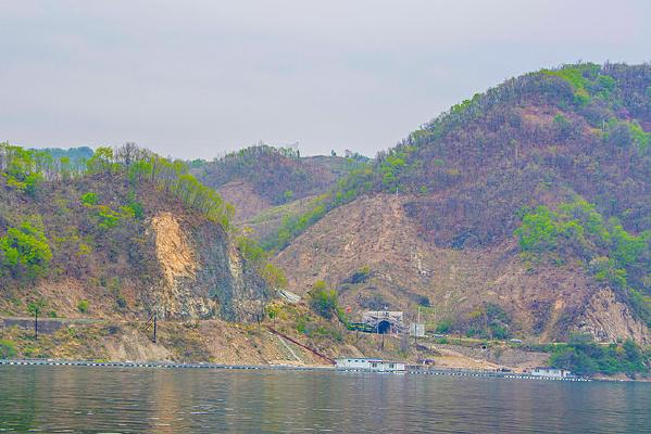 上河口铁路隧道口与山谷