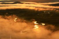 大兴安岭森林湿地河湾晨雾朝阳