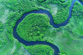 航拍绿色丛林中的扎敦河