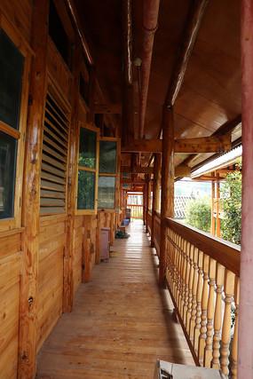 纯木质房屋走道