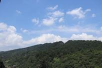 远处蓝天下高山