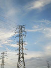 蓝色天空高压线塔