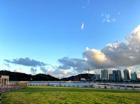 蓝天海洋草地