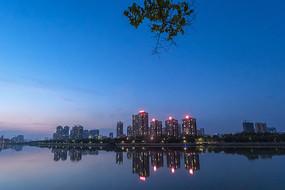 水边的领秀城夜景