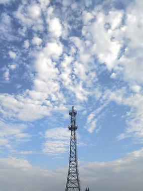 蓝天下5G信号塔