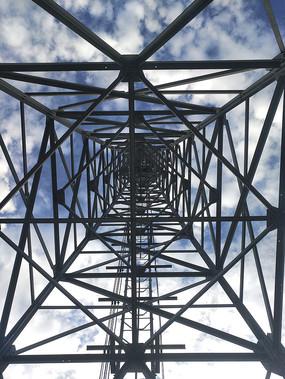 仰视5G信号塔架
