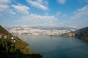 从巫峡口远望巫山县城全景