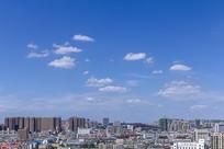 蓝天白云下的城市风光