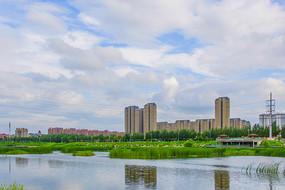 万水河对岸多高层建筑群与彩云