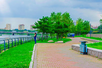 万水河河岸人行路与石桥树木