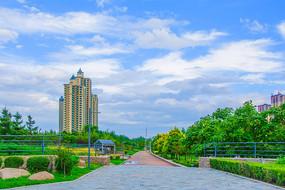 万水河人行路与高层建筑和树木