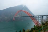 烟雨迷蒙的巫山长江大桥