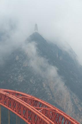 烟雾缭绕的巫峡镇水塔