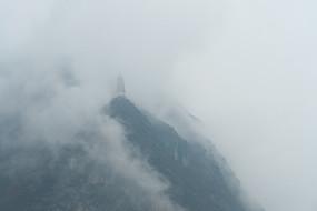 烟雨迷蒙的巫峡镇水塔
