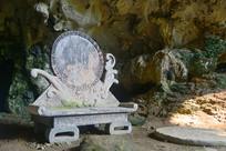 小七孔天钟洞凤凰造型的石椅