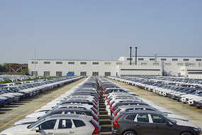汽车厂露天停车场和厂房