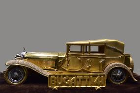 金色的古董汽车模型