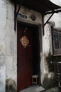 老房子红木门