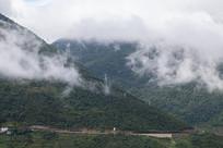 云雾缭绕的绿色山川