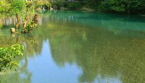 贵州荔波小七孔古桥及清澈河水