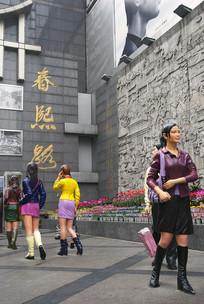 成都春熙路步行街时尚青年塑像