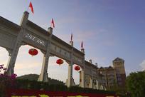 晚霞中的贵州黄果树瀑布景区牌楼