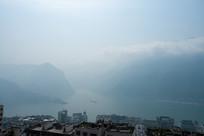 薄雾中的巫峡口和巫山县城一角