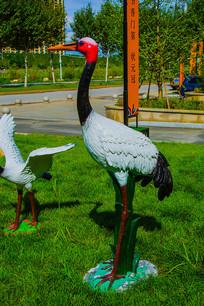 一只丹顶鹤左侧雕像