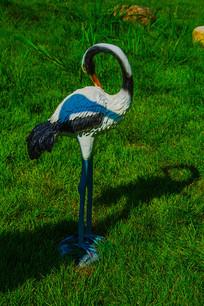 一只梳理羽毛的丹顶鹤雕像