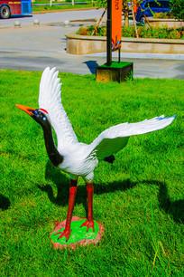 一只展翅的丹顶鹤雕像