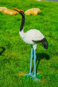 一只站立的丹顶鹤雕像