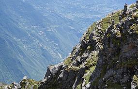 墨尔多神山一侧和远处的蜿蜒山路