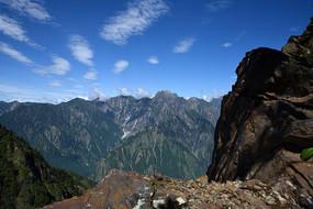 朱雀山山脊悬崖边望彭州油罐顶诸峰