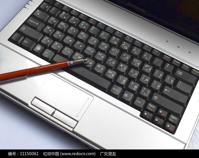 笔记本和电脑上的笔图片