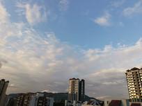 城市的高楼与层层云彩