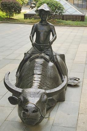 荷塘骑牛看书的牧童塑像
