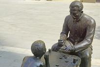 下中国象棋的老人和儿童塑像