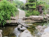 跨越河流的小路