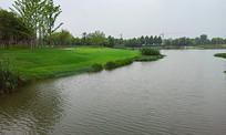 人工湖和草坪