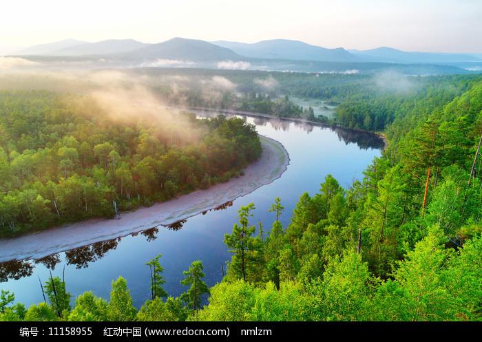 大兴安岭森林河晨雾朝阳图片