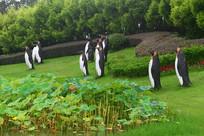 荷塘企鹅雕塑